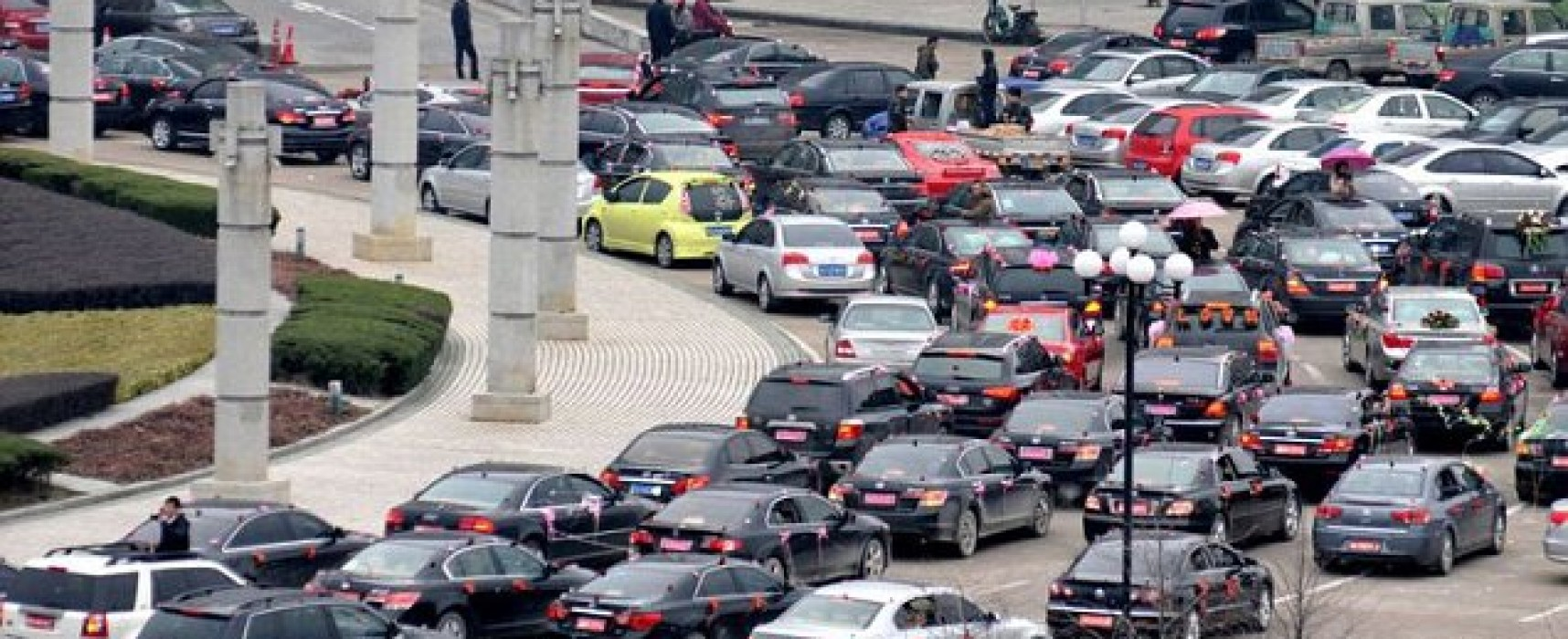 Wedding cars cause traffic chaos in China